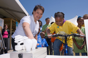 EPA Administrator Lisa P. Jackson teaches a girl about energy-efficient CFLs